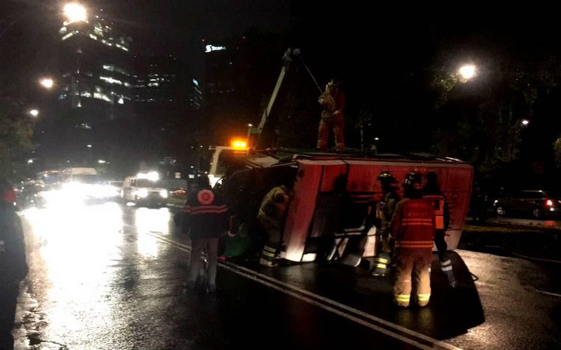 Vuelca microbús sobre Reforma… el chofer huyó