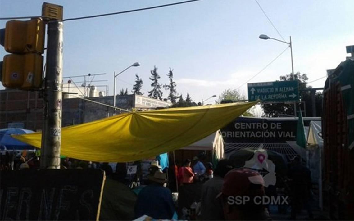 Manifestantes mantienen cerrada circulaciA?n en Bucareli y Morelos