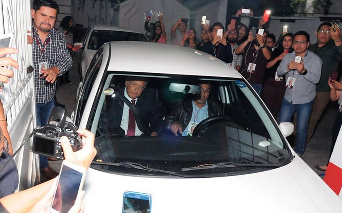 AMLO llega al hotel donde dará conferencia