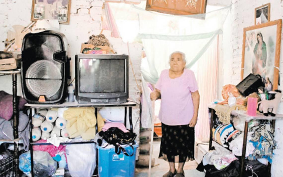 Con santos y vírgenes, abuelita cubre las huellas del 19-S