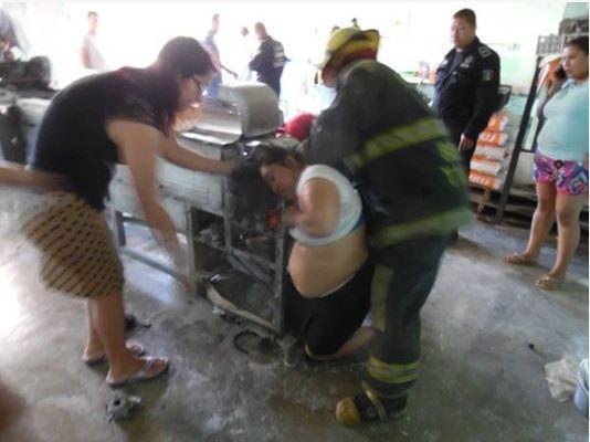 Mujer en tortillería casi pierde la mano y el cabello