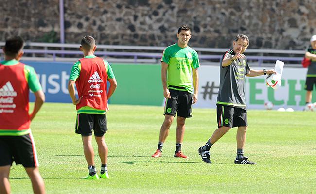 Osorio mueve sus piezas para buscar el once ideal