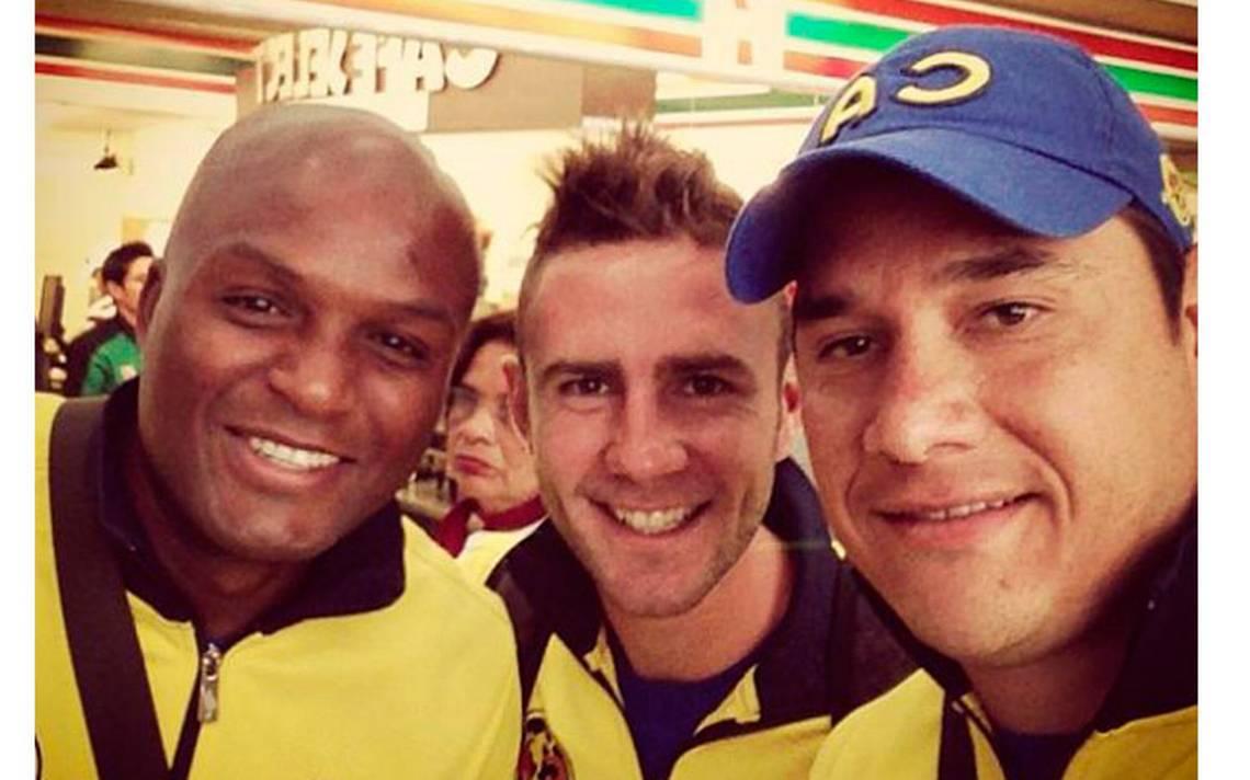 Layún y Raúl Jiménez le desean éxito a Moisés Muñoz tras su retiro