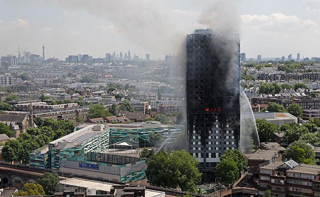 Policía británica estima 80 muertos en incendio de la torre de Grenfell
