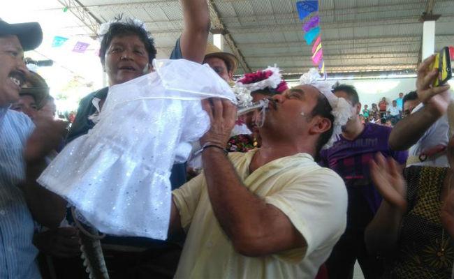 Pudo más el amor. Alcalde de Oaxaca se casa ¡con un caimán!