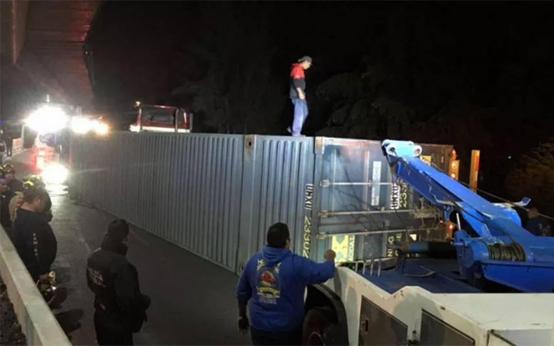 Contenedor de tráiler se vuelca en la México-Cuernavaca; cierran la circulación