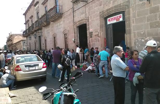 CNTE toma vías de tren en Michoacán y va por alcaldías