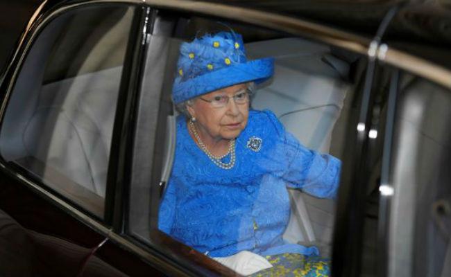 Denuncian a la reina Isabel por no usar cinturón de seguridad en su auto