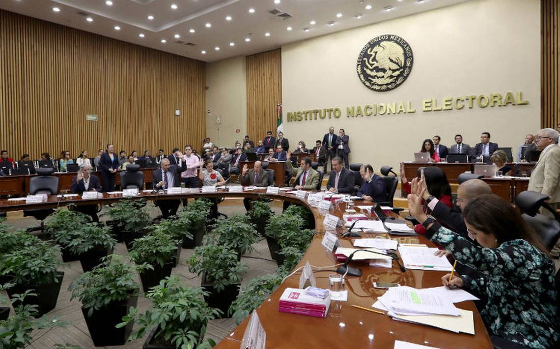 "INE proyecta aprobar ""pase de charola"" para candidatos"
