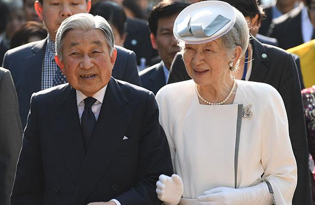Emperador de Japón llega a Bangkok para rendir homenaje al fallecido monarca