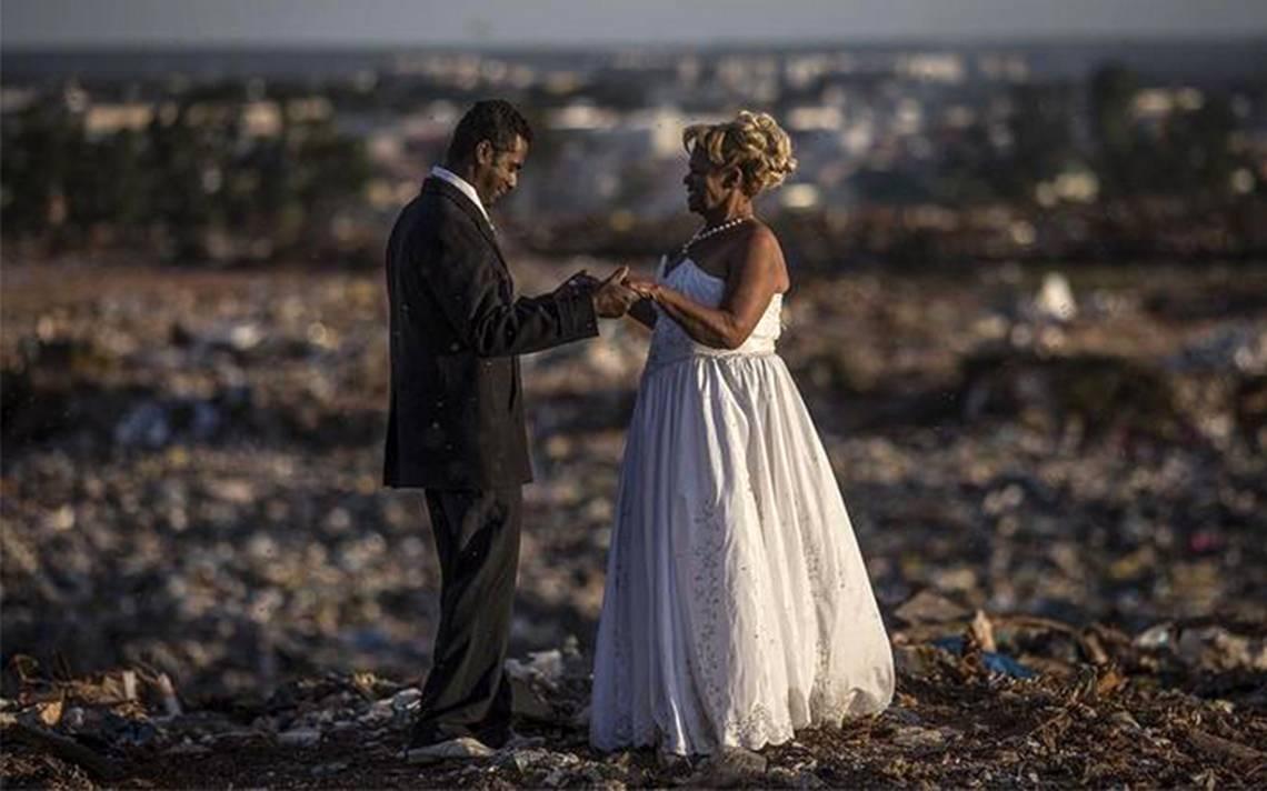 Pareja realiza su boda en un basurero… ¡el más grande de Latinoamérica!