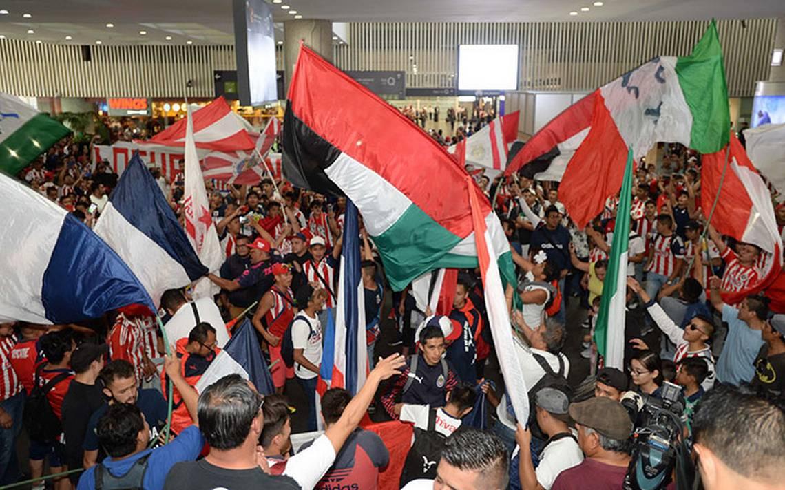 Aficionados agreden a reporteros en la llegada de Chivas
