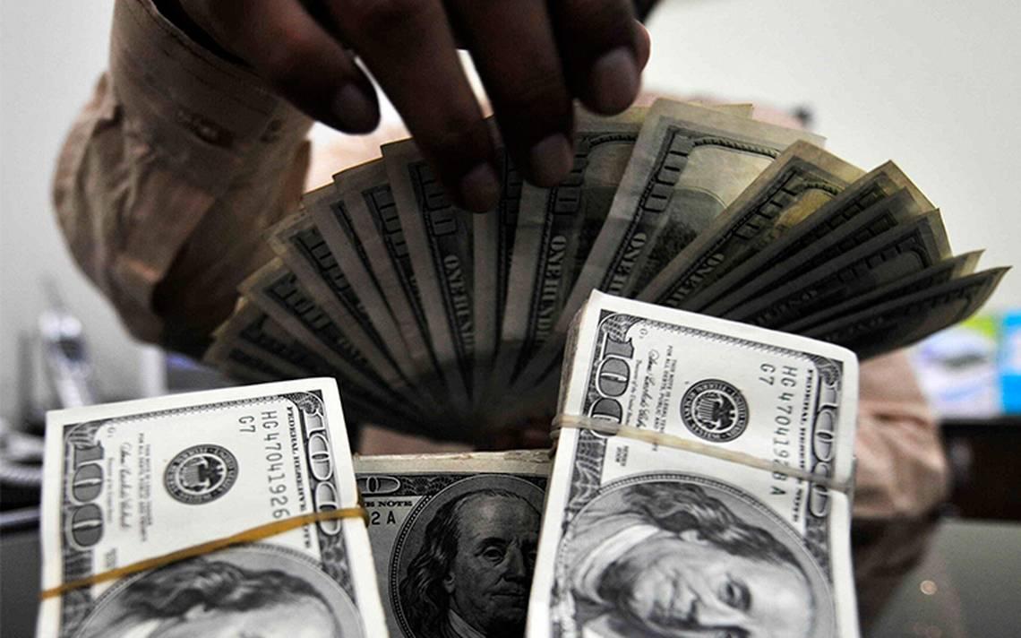 Dólar revierte ganancias, se vende en 19.34 pesos en bancos de la capital