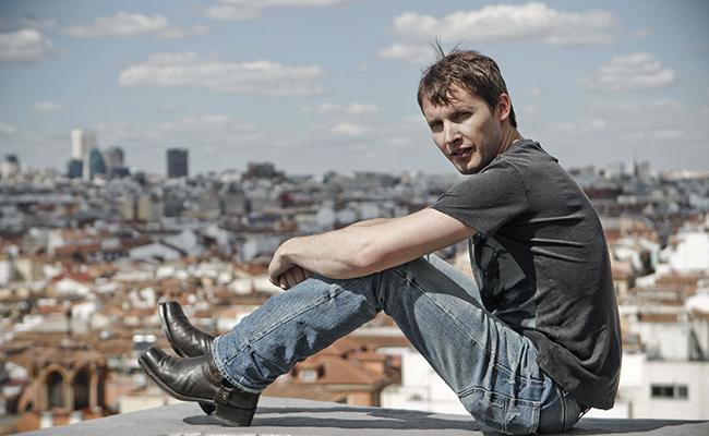 """James Blunt vuelve con secuela de """"Moon Landing"""""""