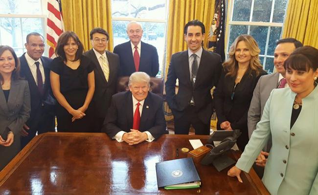 Donald Trump firma orden para reducir regulaciones burocráticas