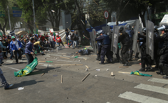 Reportan 17 policías lesionados tras trifulca con campesinos