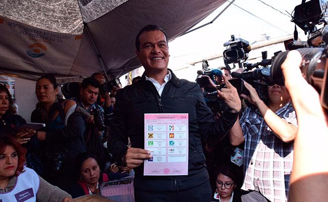 Candidato Juan Zepeda acude a emitir su voto en Neza