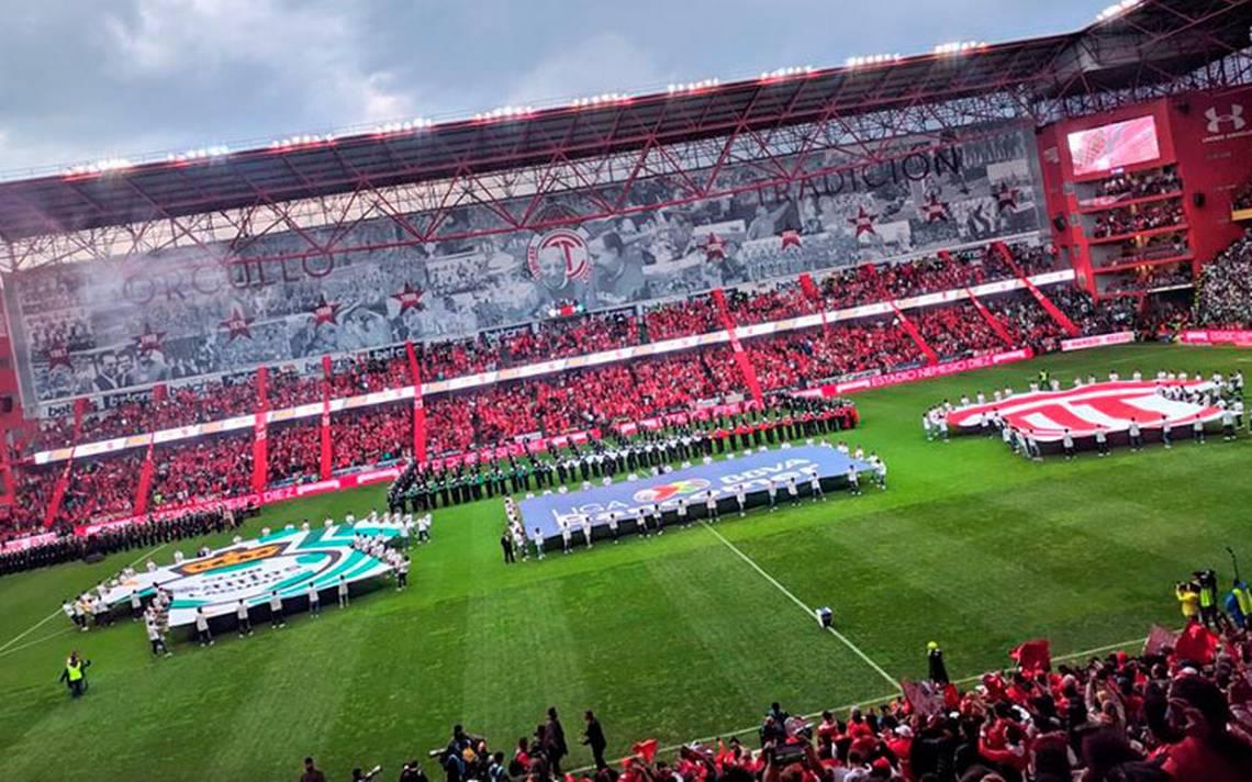 """""""Juega limpio, siente Toluca"""", niño se equivoca en ceremonia de la final de futbol mexicano"""