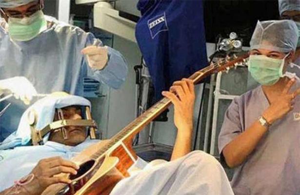 [Video] Músico toca la guitarra mientras ¡le operan el cerebro!