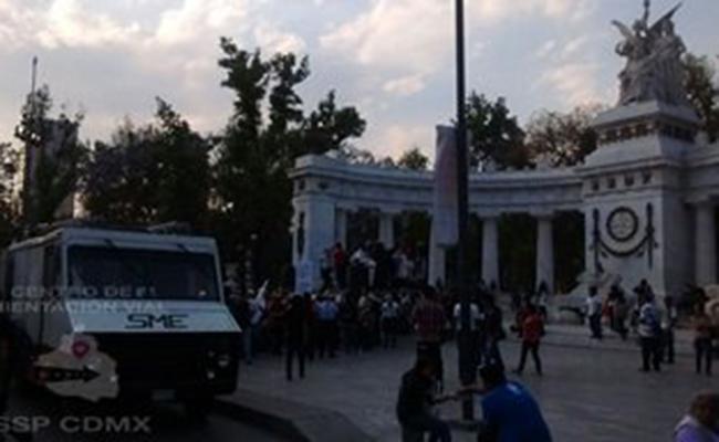 Familiares de los 43 normalistas de Ayotzinapa marchan en la CDMX