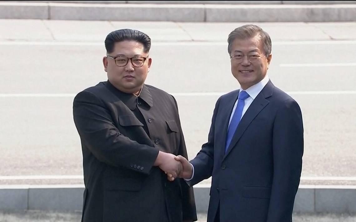 """Kim Jong-un escribe """"una nueva historia"""" tras estrechar mano de su homA?logo Moon Jae-in"""