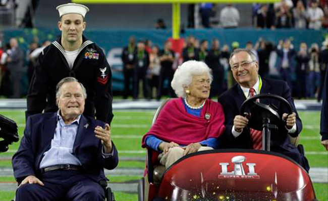 Expresidente Bush reaparece y lanza la moneda en Super Bowl