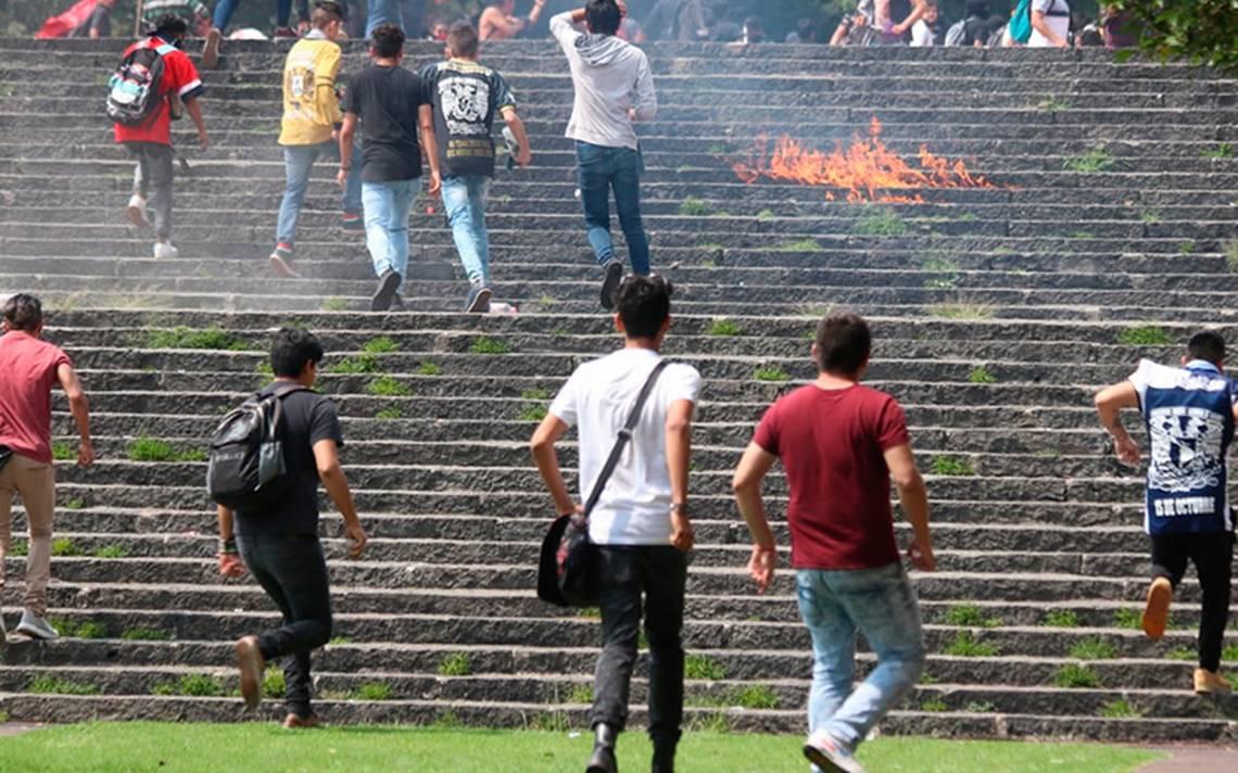 Alumnos de CCH llegan a CU y son agredidos por porros frente a Rectoría