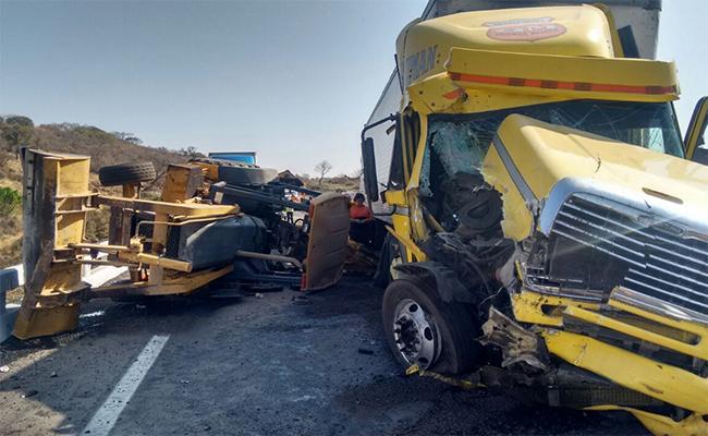 Trailer embiste a trabajadores en autopista a Zapotlanejo