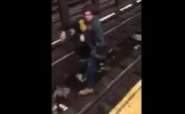 [Video] Héroe anónimo salva a persona que cayó a las vías del metro