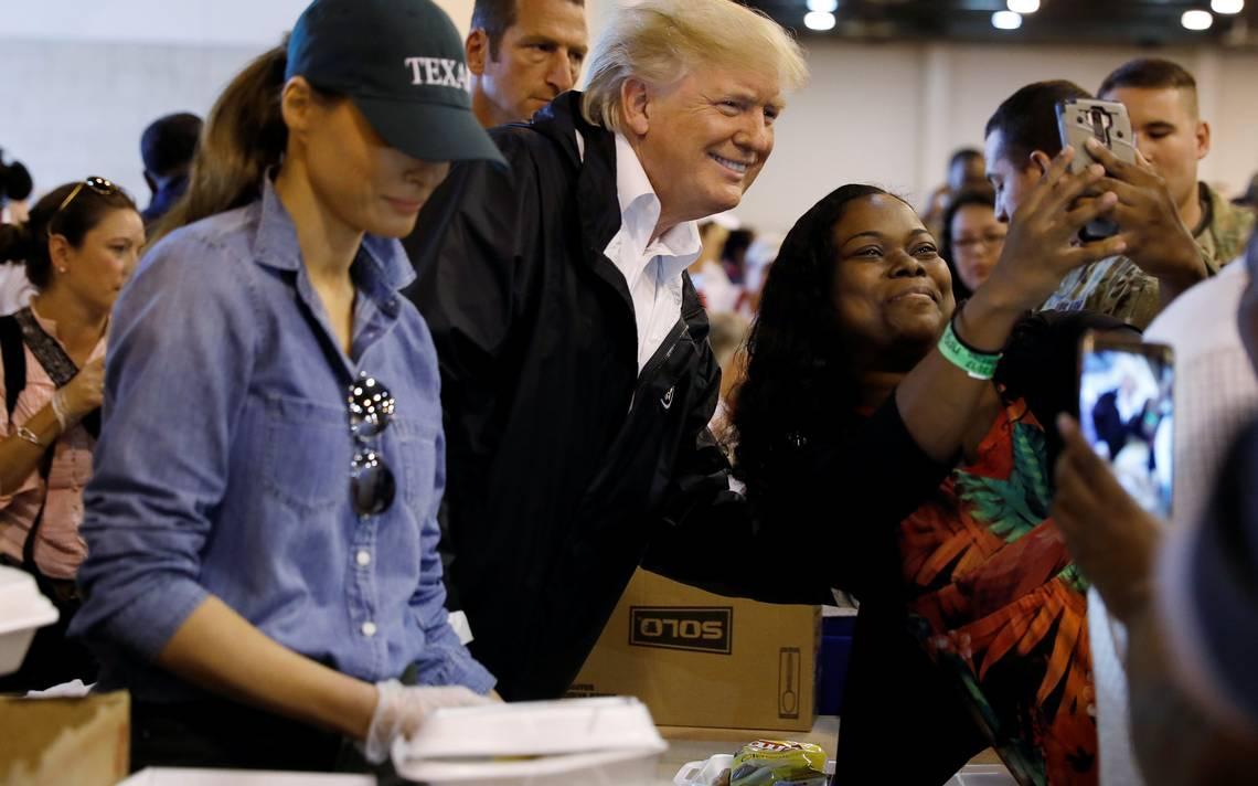 Entre selfies, Trump visita albergue de damnificados por Harvey