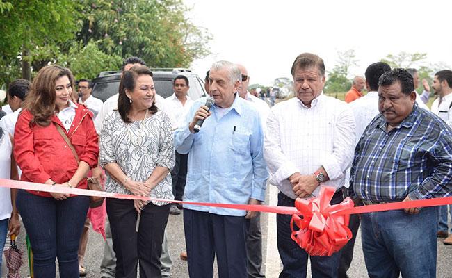 Entregan escuelas, carreteras y obras de drenaje en Macuspana