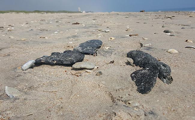 Restos de hidrocarburo afectan playas en Tamaulipas