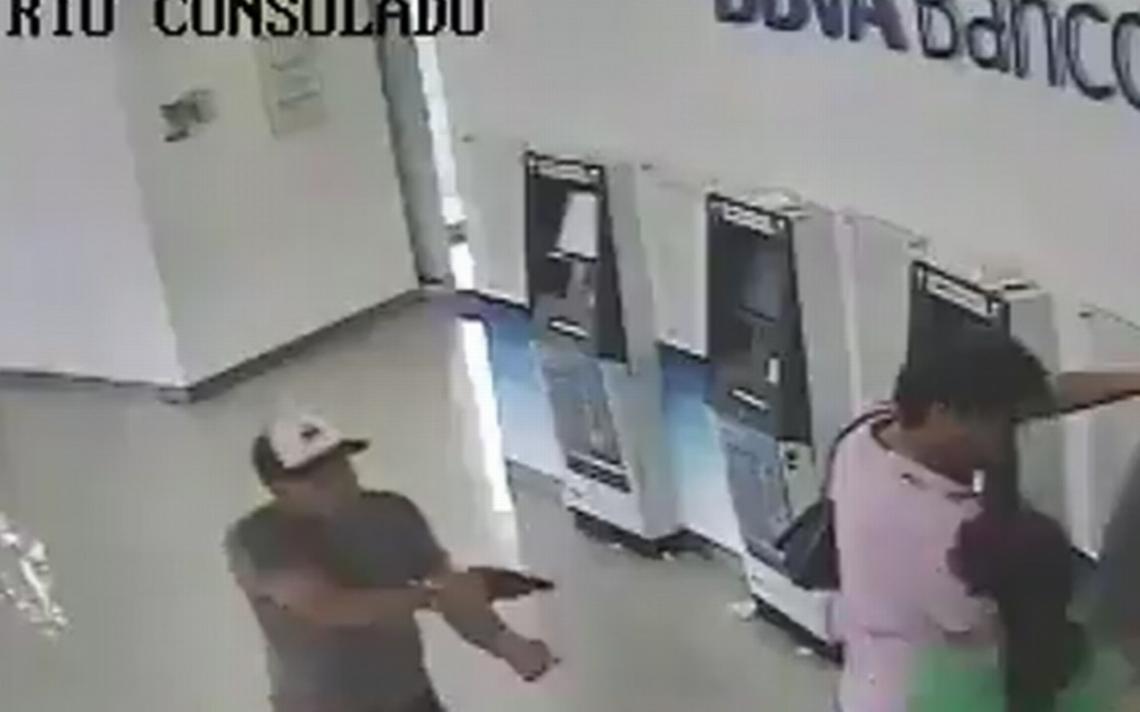 [Video] Arriesga su vida y se resiste a asalto en un cajero automático de Azcapotzalco