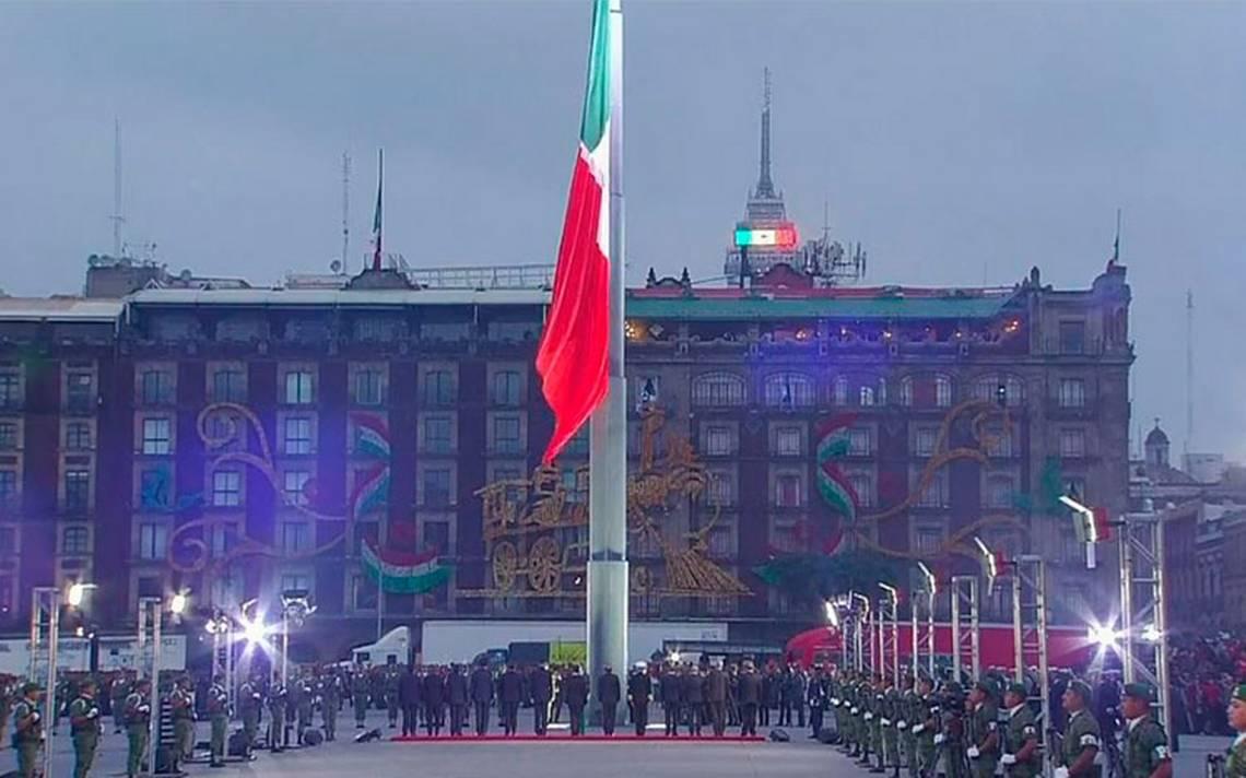 A media asta la bandera en el Zócalo por víctimas de sismos del 19S