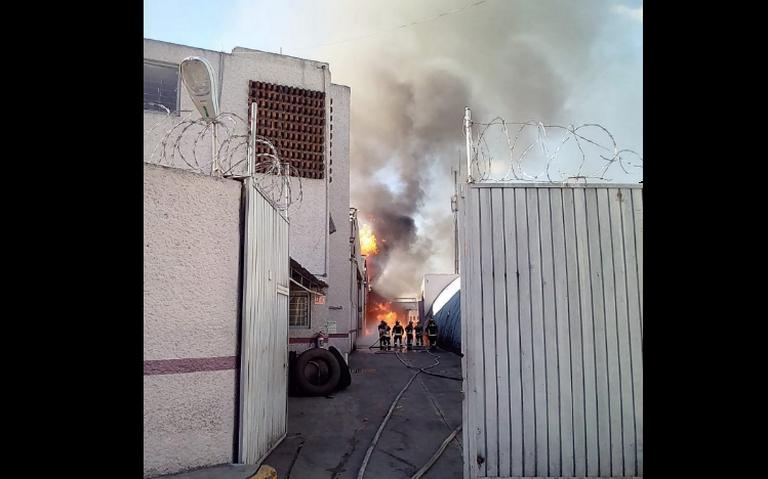 Se incendia fábrica en colonia Atlampa; dos mil evacuados de zona aledaña