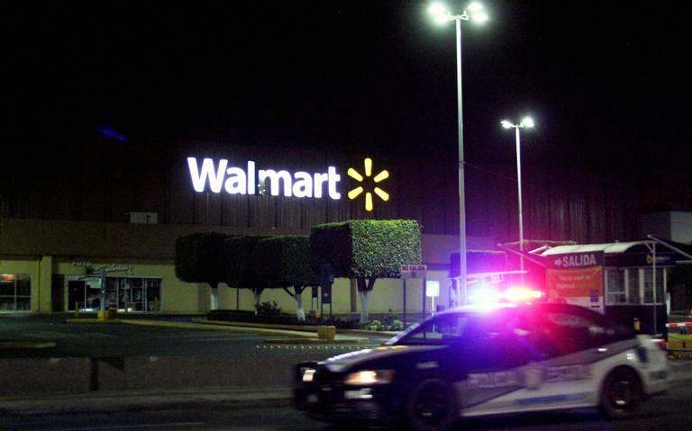 Con máscaras de Halloween, hampones asaltan Walmart en Puebla