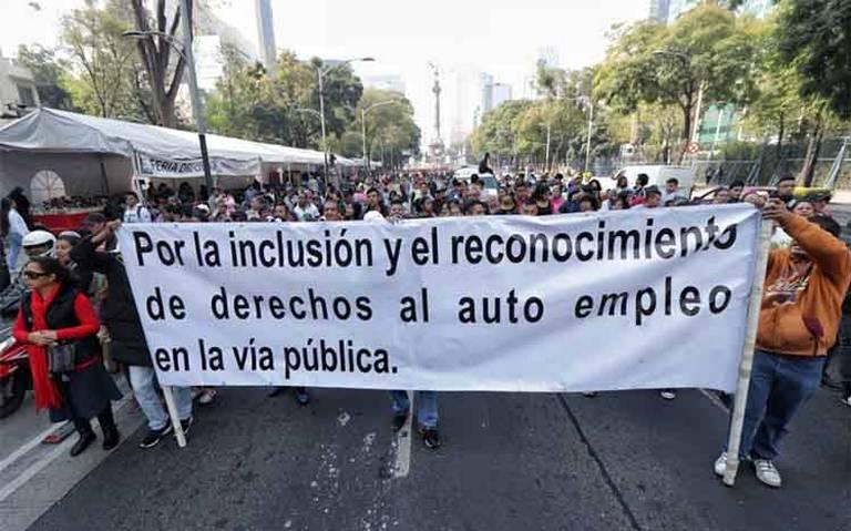 Comerciantes y ambulantes marchan hacia el Zócalo; provocan cierres viales