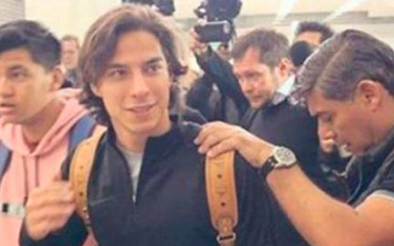 Lainez desata la locura en el aeropuerto antes de partir a España