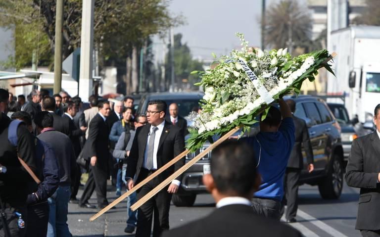 Familiares y amigos dan último adiós a Alfredo del Mazo González