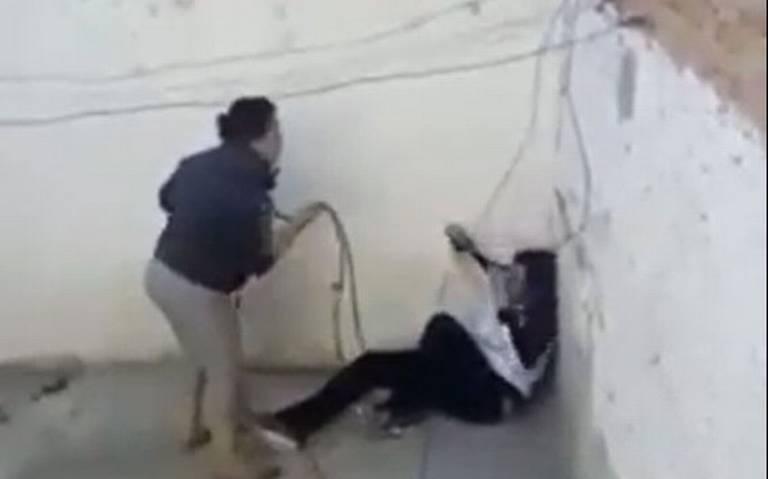 [Video] Pídeme perdón cabrón: madre propina brutal golpiza a su hijo, en Durango