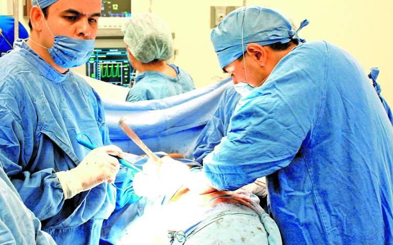 Investigan a cinco falsos cirujanos plásticos, muerte de comunicadora desata escándalo