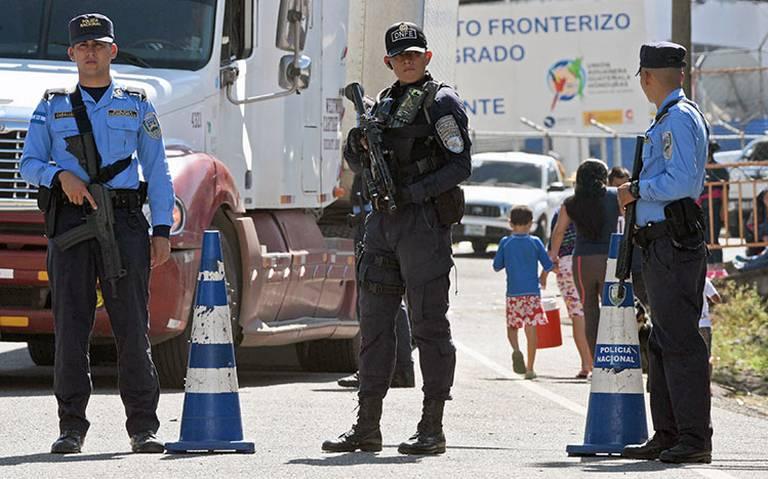 Frenan salida de caravana migrante de Honduras, policía les exige documentos