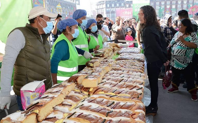 Capitalinos disfrutan de la Rosca de Reyes en el Zócalo
