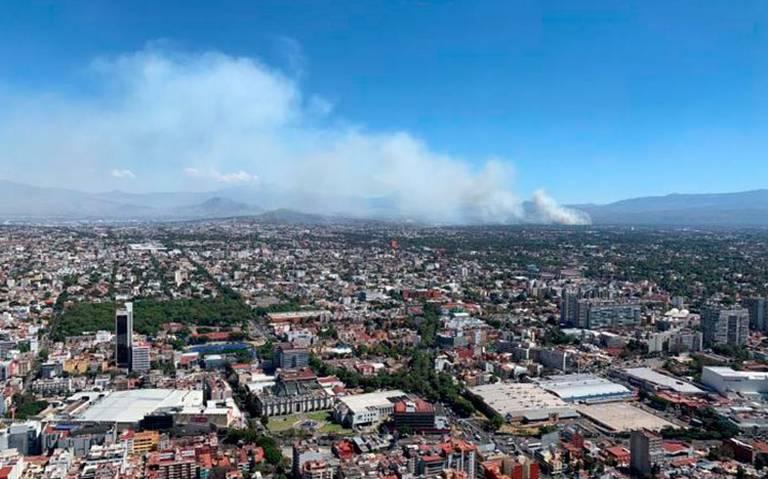 Bomberos intentan sofocar incendio en pastizal de Xochimilco