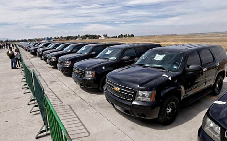 """Subastan vehículos del gobierno en """"tianguis"""" de Santa Lucía"""