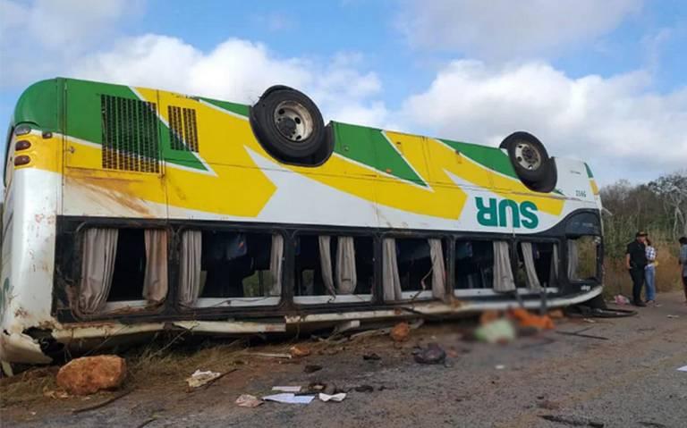 Volcadura de camión de pasajeros deja seis muertos y 33 heridos en Campeche