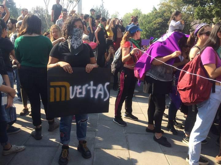 Mujeres marchan al unísono de #NiUnaMás en la CDMX