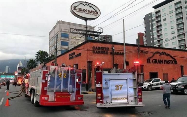 Comando armado en Monterrey desaloja restaurante y lo incendia