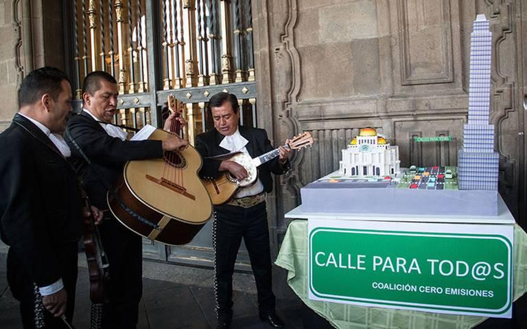 Con mariachis piden a Sheinbaum el Trolebici en Eje Central