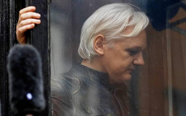 Detienen a Julian Assange después de retirarle el asilo político